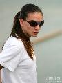 图文:伊辛巴耶娃大阪首次训练 躲在墨镜后面