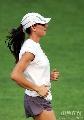 图文:伊辛巴耶娃大阪首次训练 跑步姿势很潇洒
