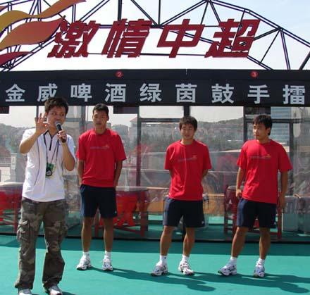 组图:激情中超巡回路演青岛站 球员现场互动