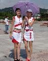组图:激情中超巡回路演青岛站 雨伞下的宝贝们