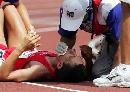 图文:[田径]大阪世锦赛韦德林格受伤 及时救护