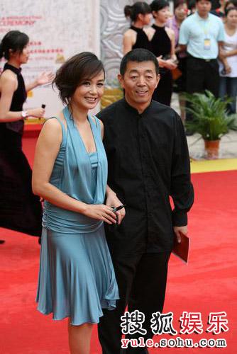 图:第12届华表奖红毯 蒋雯丽与老公亲密依偎