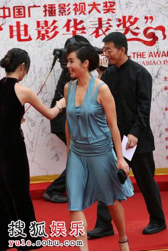 图:第12届华表奖红毯 蒋雯丽穿蓝色低胸短裙