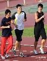 图文:[田径]刘翔训练遭遇特拉梅尔 有说有笑