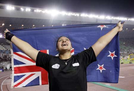 图文:田径世锦赛女子铅球 维利挥舞国旗庆祝
