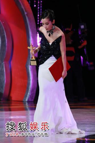 图:第12届华表奖颁奖典礼 李冰冰着长裙险摔倒
