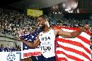 图文:[田径]世锦赛百米决赛 盖伊身披国旗庆祝