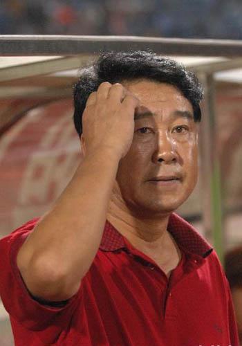图文:[中超]武汉0-0上海 裴恩才挠头苦思