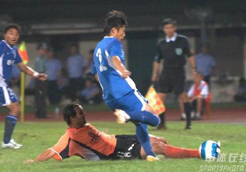 图文:[中超]武汉0-0上海 飞身阻截