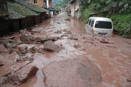 暴雨引发泥石流