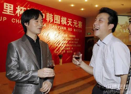 图文:中韩天元对抗在即 古力与赵汉乘把酒言欢