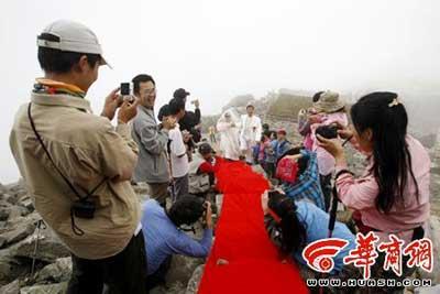 8月26日,在陕西最高峰--太白山拔仙台举行的一场浪漫婚礼