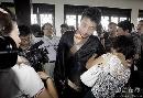 图文:中韩天元对抗赛首局 母亲为古力穿