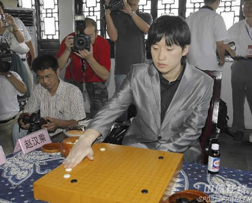 图文:第11届中韩天元对抗赛首局 赵汉乘落子