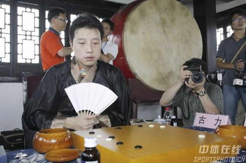 图文:第11届中韩天元对抗赛首局 古力古装羽扇