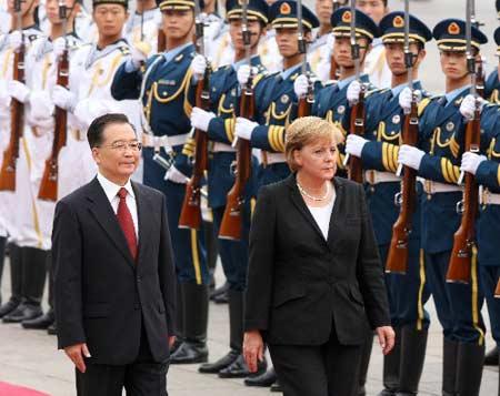 8月27日,国务院总理温家宝在北京举行仪式欢迎德国总理默克尔访华。 新华社记者刘建生摄