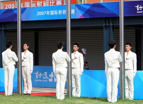 来自清华的学子们承担起此次比赛升旗手的工作