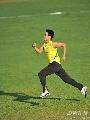 图文:大阪赛刘翔第三堂训练课 刘翔在草地慢跑