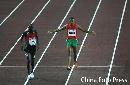 图文:男子1500米半决赛结束 摔倒的选手很不解