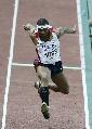 图文:[田径]世锦赛男子三级跳 戴维斯在比赛中