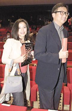 图:钟楚红与老公朱家鼎甜蜜照1