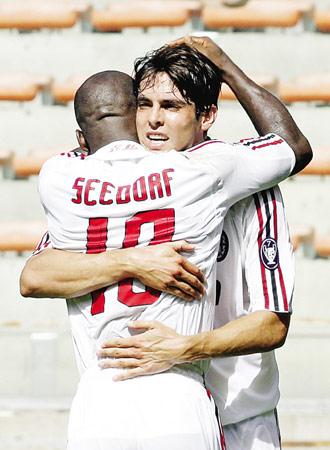 图为AC米兰队的卡卡(右)攻入一球后与队友庆祝。