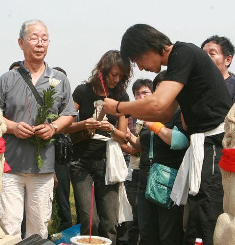 图文:铁帅王洪礼下葬 王亮为父上香
