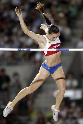 图文:撑杆跳伊辛巴耶娃夺冠 人美丽动作更美