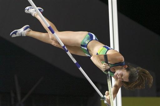 图文:撑杆跳伊辛巴耶娃夺冠 难得一见的画面