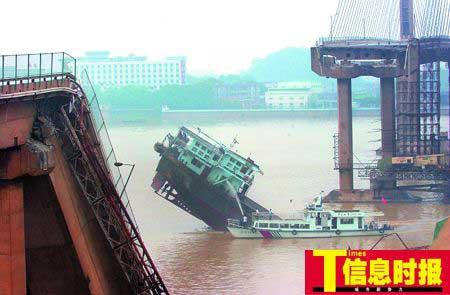 6月15日,九江大桥被撞塌,管理方估计修复并重新通车需要6个月。(资料图片)郑启文 摄