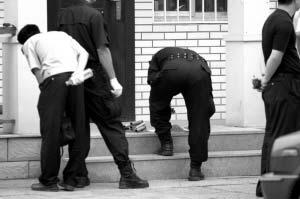警察正在检查可疑爆炸物。本报实习生 苏耀 摄