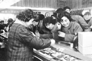 1983年,上海一家百货商店内,众多消费者在抢购上海产的手表。上海牌手表是当时上海人的三大件之一。《环球时报》供图