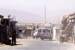8月28日,塔利班代表乘坐红十字国际委员会的车辆前往阿富汗中部城市加兹尼的谈判地点。新华社发