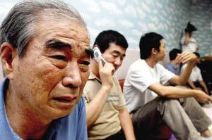 8月28日,在韩国的城南市,一名被塔利班武装组织绑架人质的家属在得知亲人将获释的消息后喜极而泣。新华社发