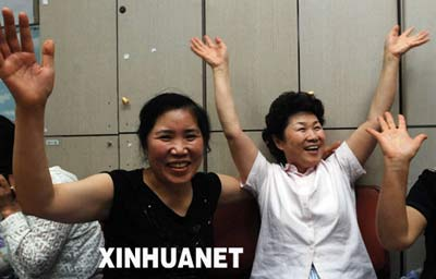 8月28日,在韩国的城南市,被塔利班武装组织绑架人质的家属在得知亲人将获释的消息后十分激动。新华社发(纽西斯通讯社)