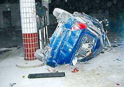 昨日,大学城,冲进加油站的轿车侧翻在加油机旁