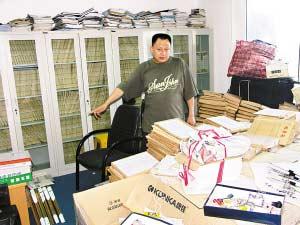 周立太办公室堆满案卷