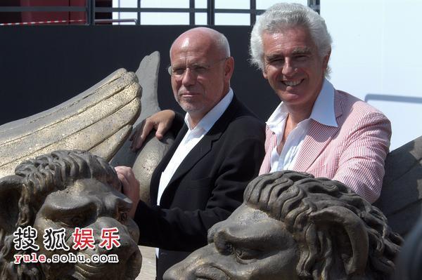 威尼斯影展开幕 主席与总导演同金狮合影