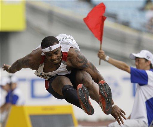 图文:世锦赛男子跳远资格赛 戴维斯此跳犯规