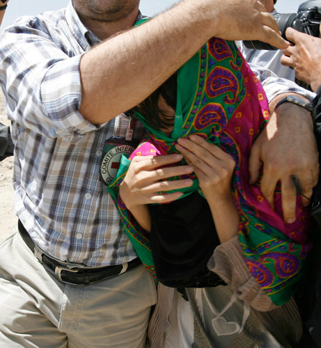 8月29日,阿富汗加兹尼市,塔利班释放3名韩国女人质。