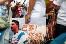 图文:巴乔抵京开始中国行 球迷打出欢迎标语