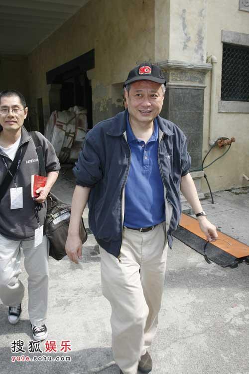 李安看到记者露出和蔼的笑容
