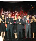 诺基亚高层与模特展示诺基亚最新手机