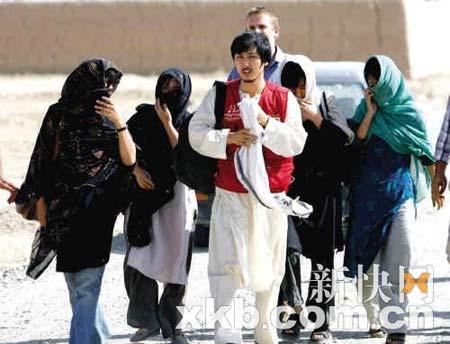 第二批获释的5名人质终于步出了可怕的牢笼。新华社供图