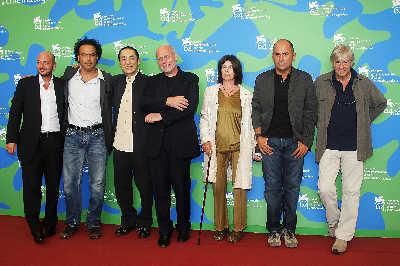 左起:艾曼纽尔·克里亚勒斯、阿莱杭德罗·冈萨雷斯·伊纳利度、张艺谋、马可·穆勒(非评委)、凯瑟琳·布雷亚、佛森·欧兹派特、保罗·维尔霍文CFP图