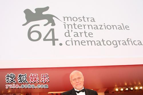 图:威尼斯影展开幕 总导演马尔科-穆勒走红毯