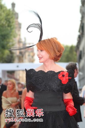 图:64届威尼斯影展开幕 玛瑞娜亮相服饰怪异