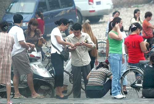 票贩聚集在自强东路附近,少则二三十,多则上百