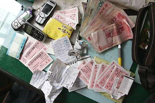 从抓获的票贩身上搜出的火车票与现金