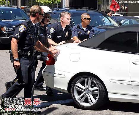 警察帮助布兰妮推车